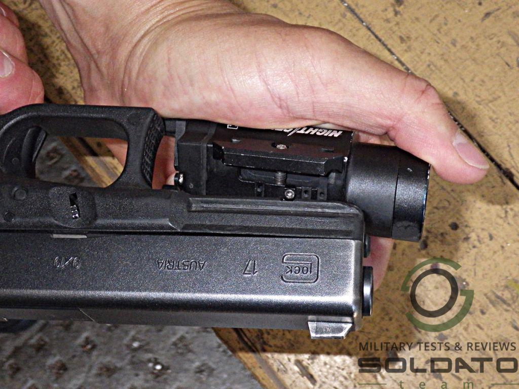 Jak nasadit svítilnu na pistoli