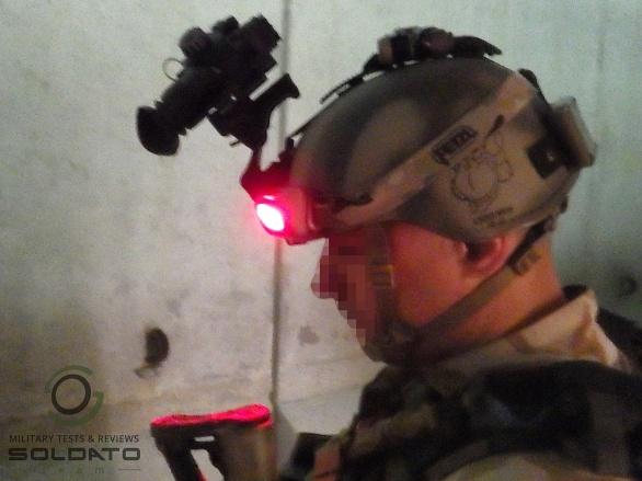 Správná vojenská čelovka svítí červeně