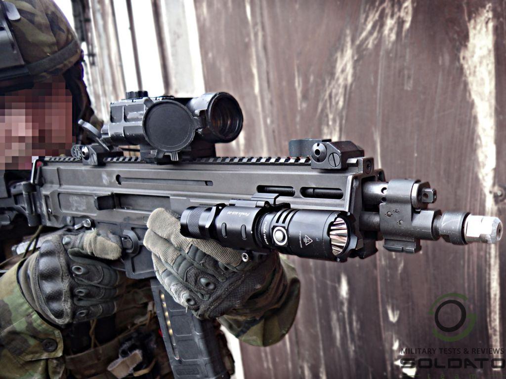Taktická svítilna na zbraň