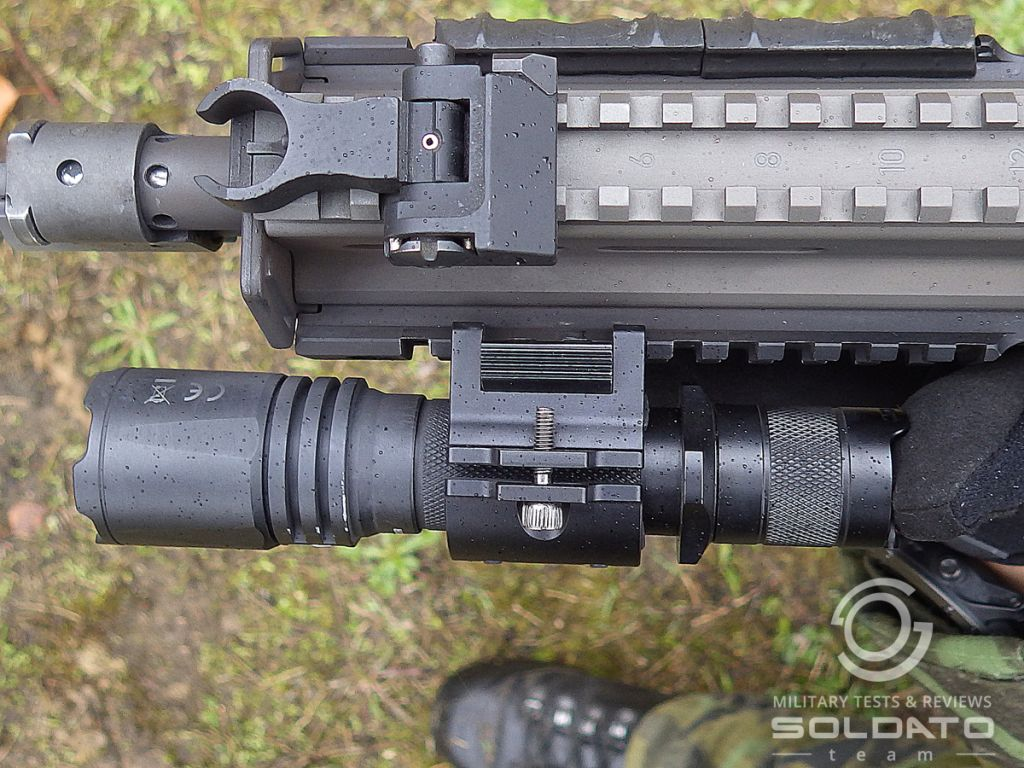 Kompaktní svítilna na zbraň