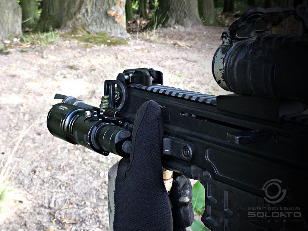 Jak se ovládá svítilna Fenix na zbrani